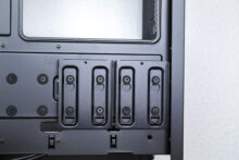 SSD-Halterungen hinter dem Mainboard