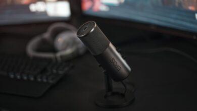 Das EPOS B20 Streaming-Mikrofon auf dem Schreibtisch montiert